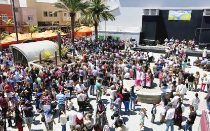El Día de Canarias llena la zona peatonal de tradiciones, música, artesanía y juegos infantiles