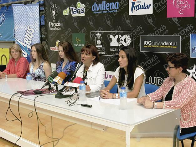 Ruda de prensa del evento, con la alcadelsa Dunia González en el centro de la mesa