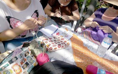 Solidaridad, arte y gran ambiente en Ingenio durante la celebración del Día Mundial de Tejer en Público