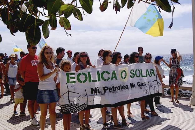 Foto (FS): Manifestantes en la Avenida maritima de Playa de Arinaga contra la implantación de la regasidificadora.