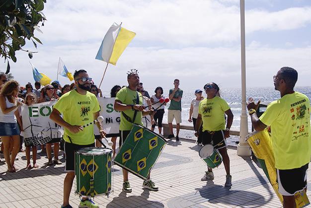 Foto: manifestantes de la concentración ciudadana en contra de la regasificadora.