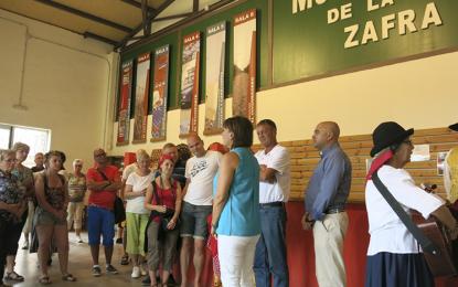 El Museo La Zafra agasaja con productos locales y música a un touroperador por el Día del Turista
