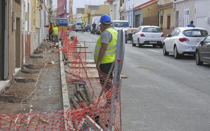 El Ayuntamiento continúa con el plan de ampliación de aceras y el reasfaltado de calles
